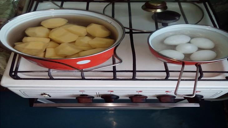 Отвариваем картошку и яйца до готовности
