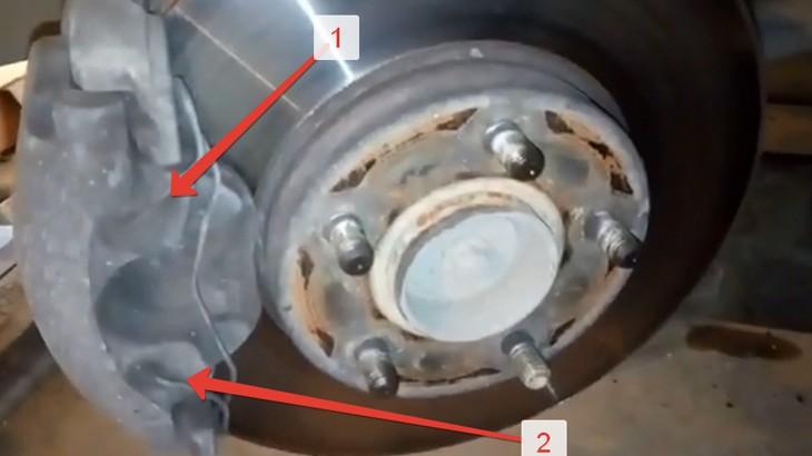 Надевание прижимной пружины двух половинок тормозного суппорта фф2