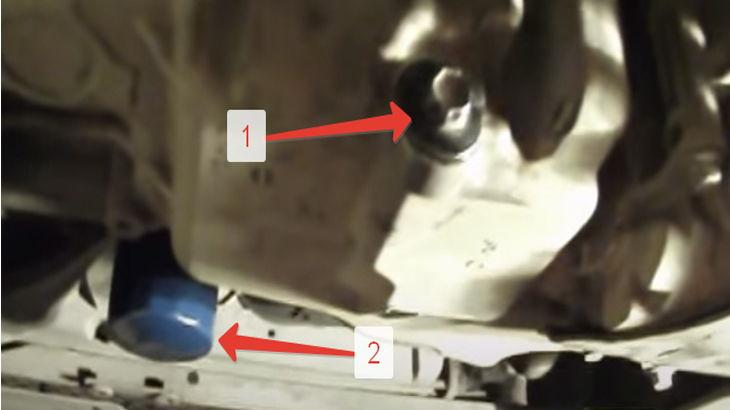 Сливной болт моторного масла с автомобиля и масляный фильтр