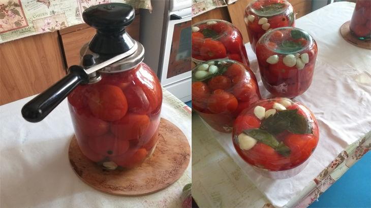 Закручиваем закаточной машинкой помидоры и переворачиваем трехлитровую банку внмз крышкой